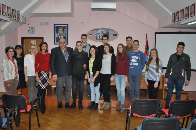 Беочин – 17 ученика средње школе потписало уговор о стипендирању