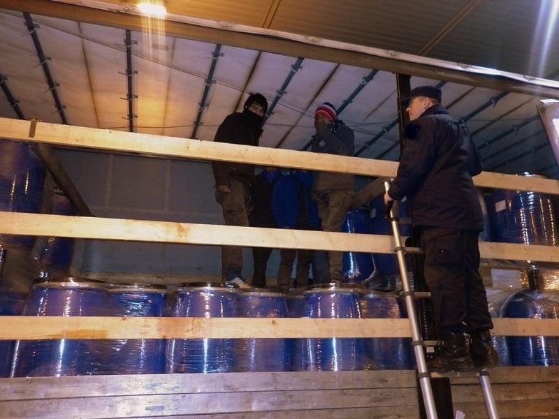 Migranti među buradima punim višanja u alkoholu