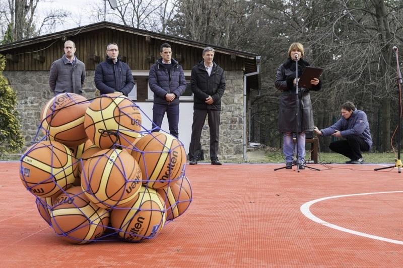 У Сремским Карловцима отворен нови модеран кошаркашки терен