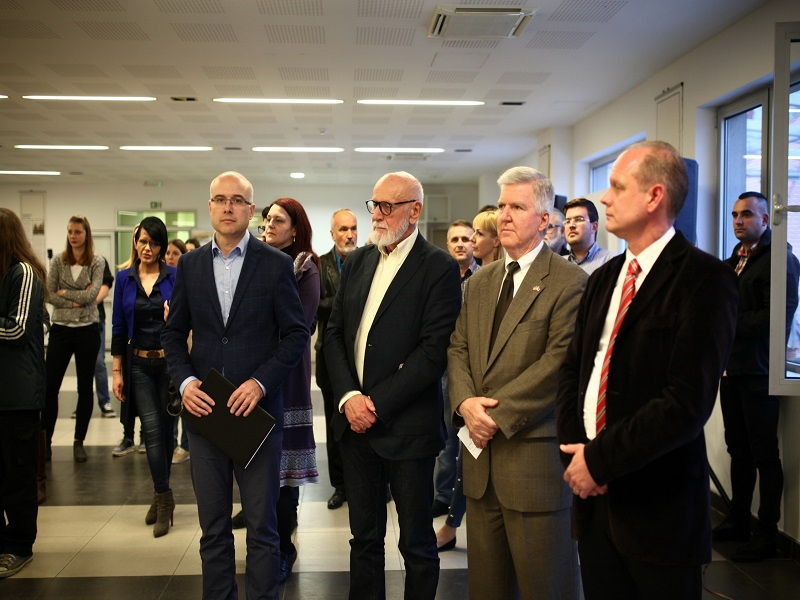 Gradonačelnik Vučević i ambasador Skat na otvaranju izložbe u KCNS