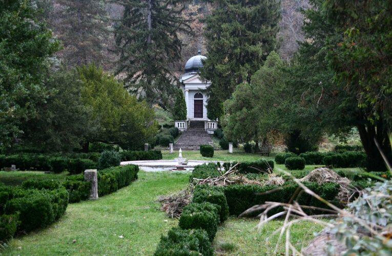 МАНАСТИР БЕОЧИН – ЧУДОТВОРНА ИКОНА И МАЛИ ВЕРСАЈСКИ ПАРК