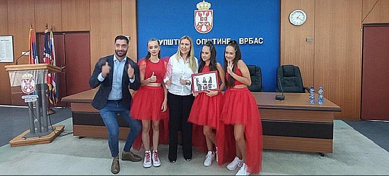 """ИВА, МАША И ЈАНА У ПУНОМ СЈАЈУ ПРЕД ФЕСТИВАЛ """"СРБИЈА У РИТМУ ЕВРОПЕ"""""""